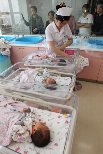 ,护士正准备为刚出生小宝宝洗澡.-我院积极迎战国庆长假就诊高峰图片